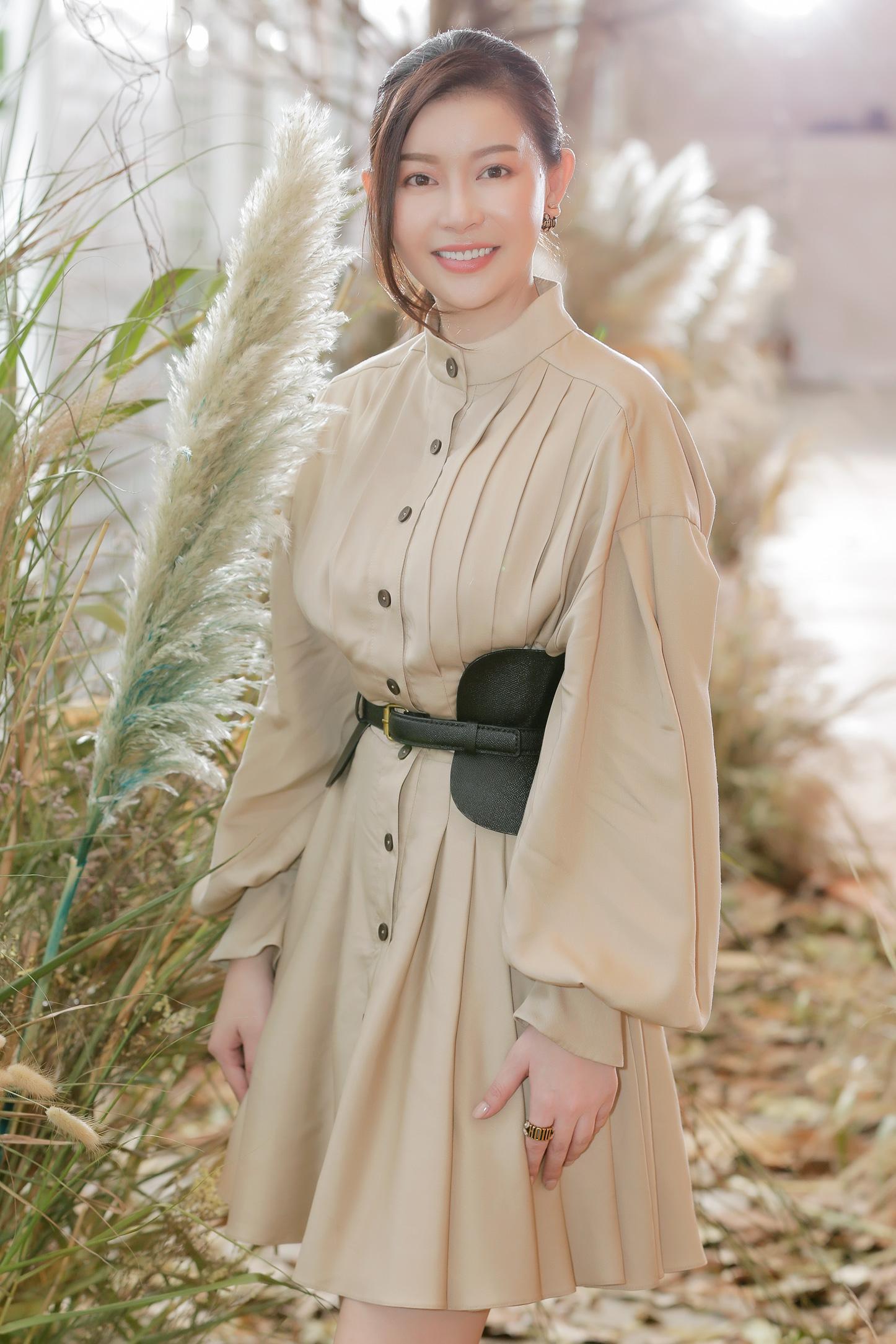 Hoa hậu Hải Dương được mỹ nam Minh Trung - Võ Cảnh tháp tùng, mua hơn nửa BST mới khi dự show của Chung Thanh Phong - Ảnh 3.
