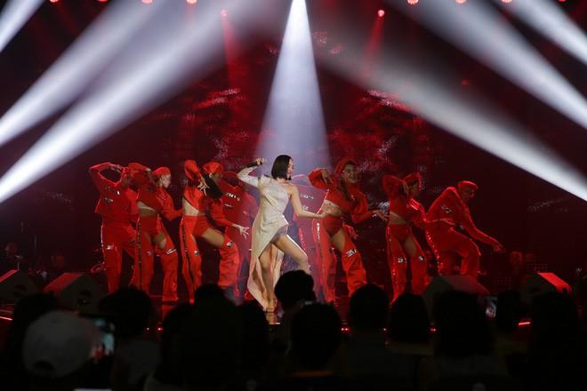 Mỹ Tâm song ca cực tình tứ cùng Noo Phước Thịnh, Tóc Tiên khoe vũ đạo nóng bỏng trên sân khấu Secret Concert - Ảnh 3.