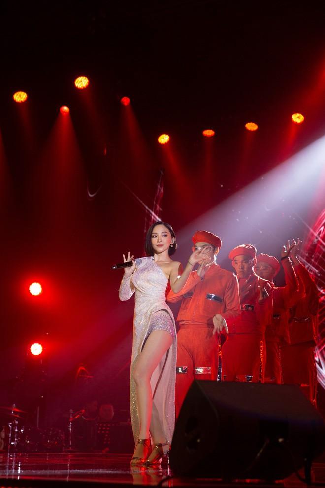 Mỹ Tâm song ca cực tình tứ cùng Noo Phước Thịnh, Tóc Tiên khoe vũ đạo nóng bỏng trên sân khấu Secret Concert - Ảnh 4.