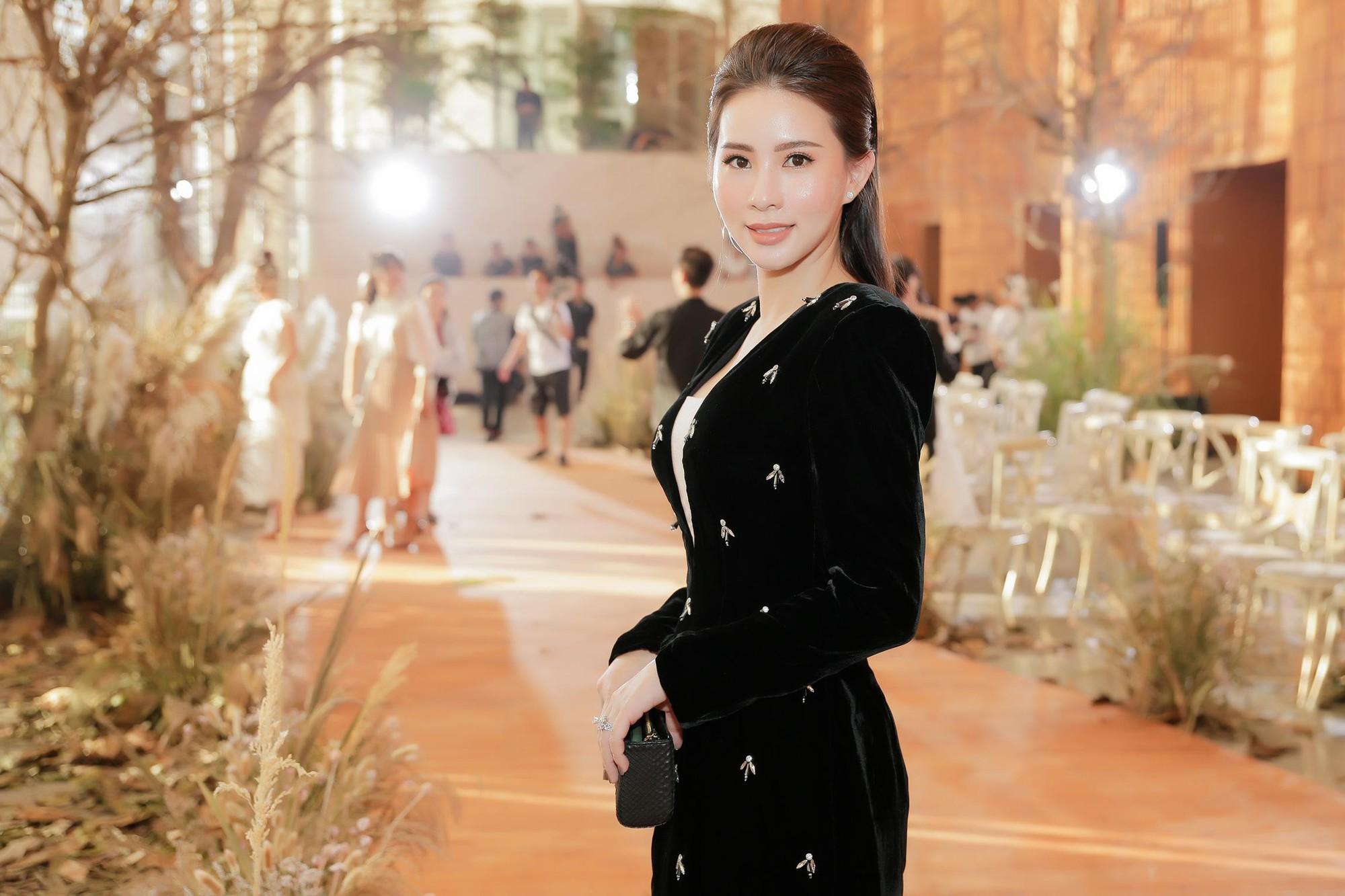 Hoa hậu Hải Dương được mỹ nam Minh Trung - Võ Cảnh tháp tùng, mua hơn nửa BST mới khi dự show của Chung Thanh Phong - Ảnh 7.