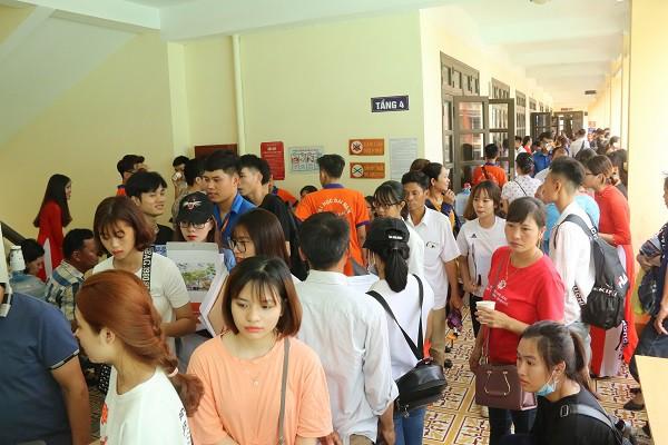 Hàng ngàn tân sinh viên làm thủ tục nhập học đợt 1 tại Trường Đại học Đại Nam - Ảnh 1.