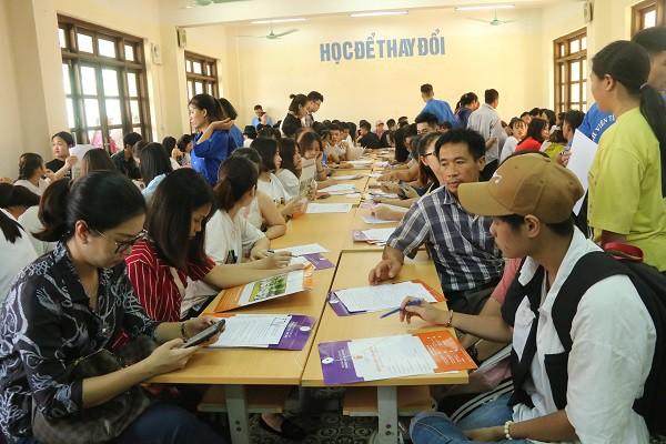 Hàng ngàn tân sinh viên làm thủ tục nhập học đợt 1 tại Trường Đại học Đại Nam - Ảnh 2.