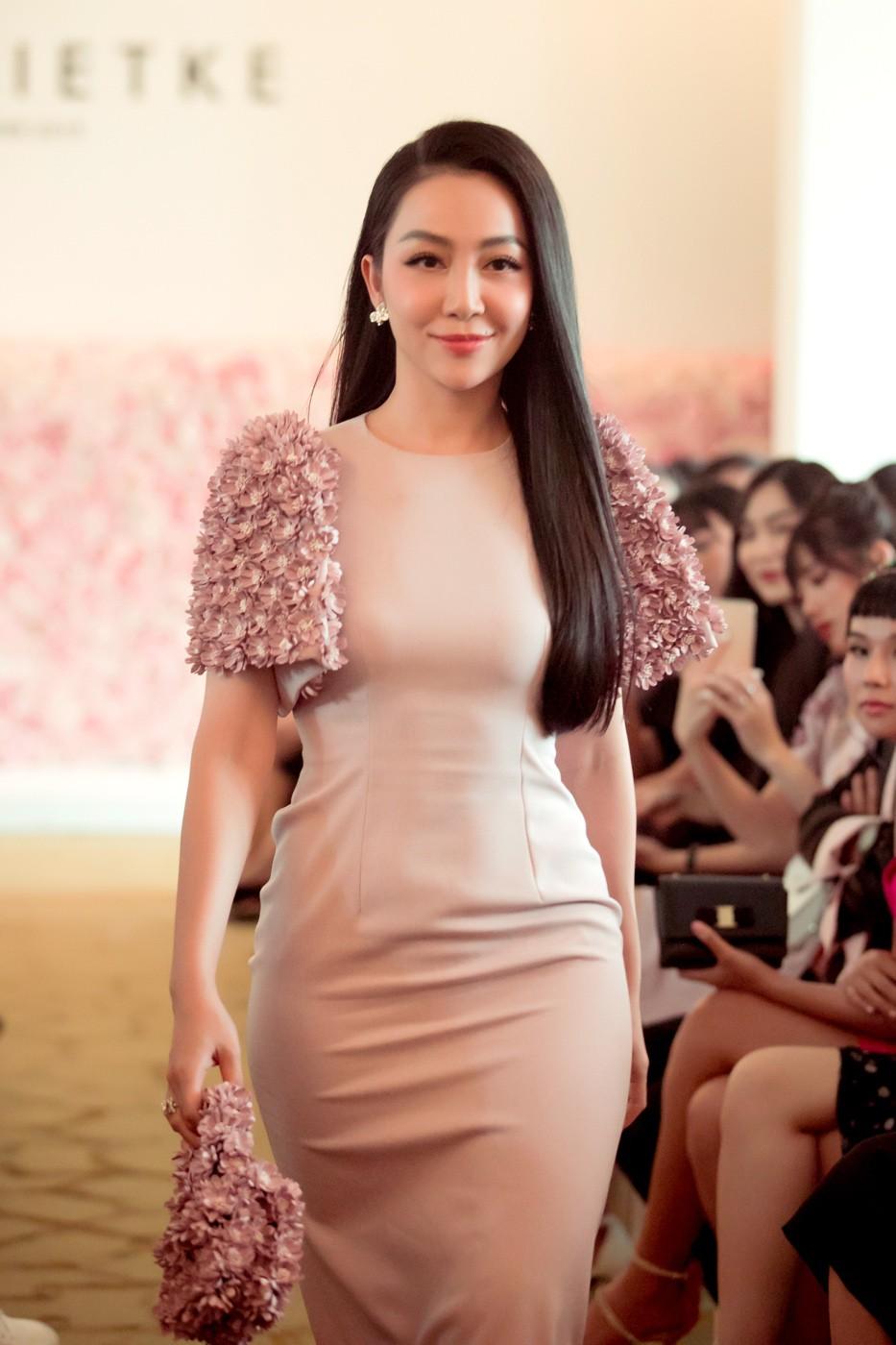 """Linh Nga, Tuyết Lan trở thành vedette ra mắt bộ sưu tập """"The First Dress"""" - Ảnh 1."""