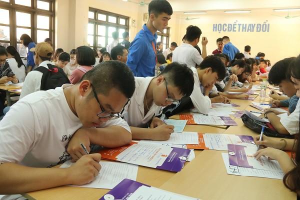 Hàng ngàn tân sinh viên làm thủ tục nhập học đợt 1 tại Trường Đại học Đại Nam - Ảnh 3.