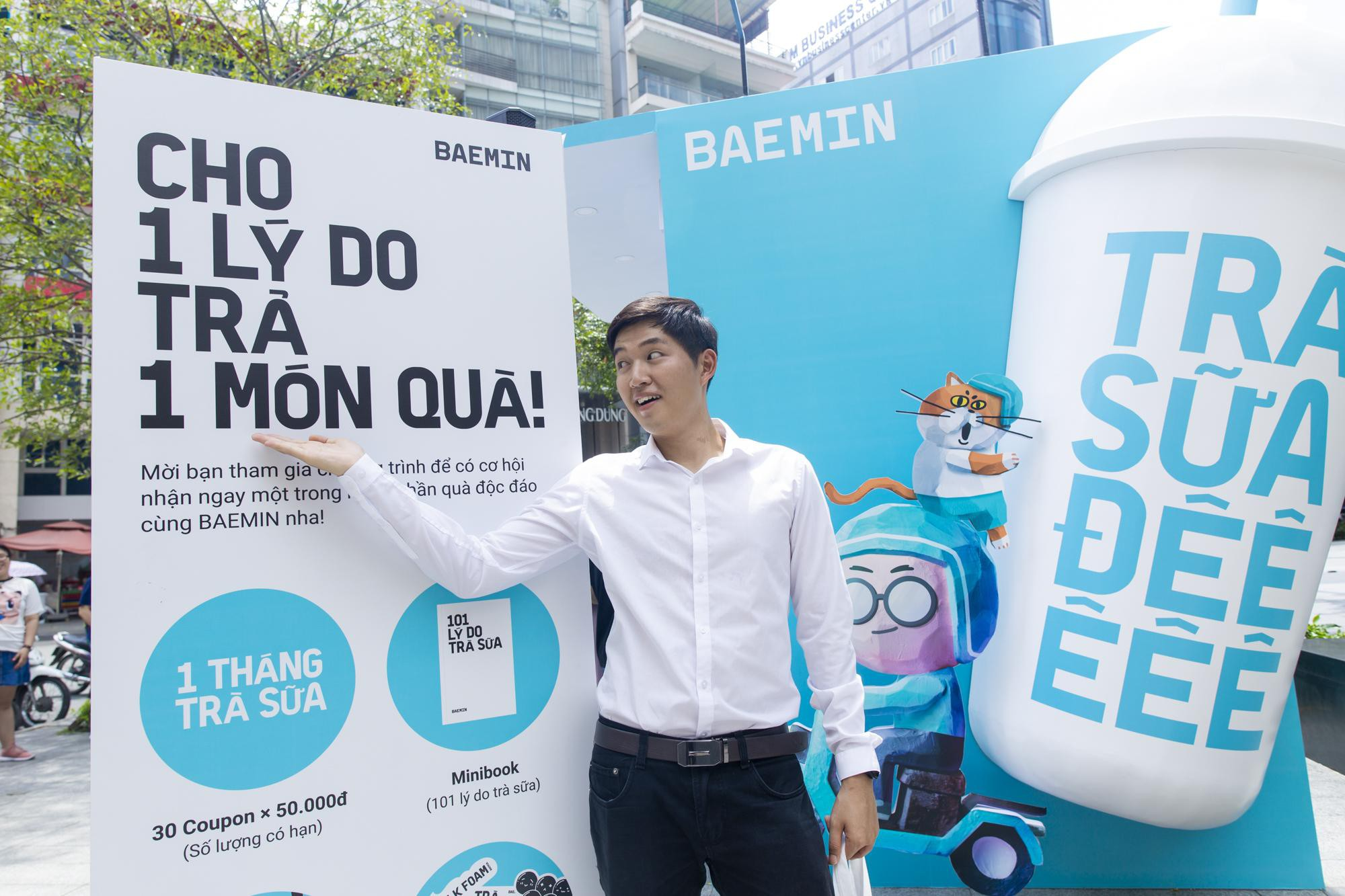 """Fans cuồng trà sữa Sài thành """"sướng rơn"""" khi được Woossi trao quà """" bự"""" - Ảnh 3."""