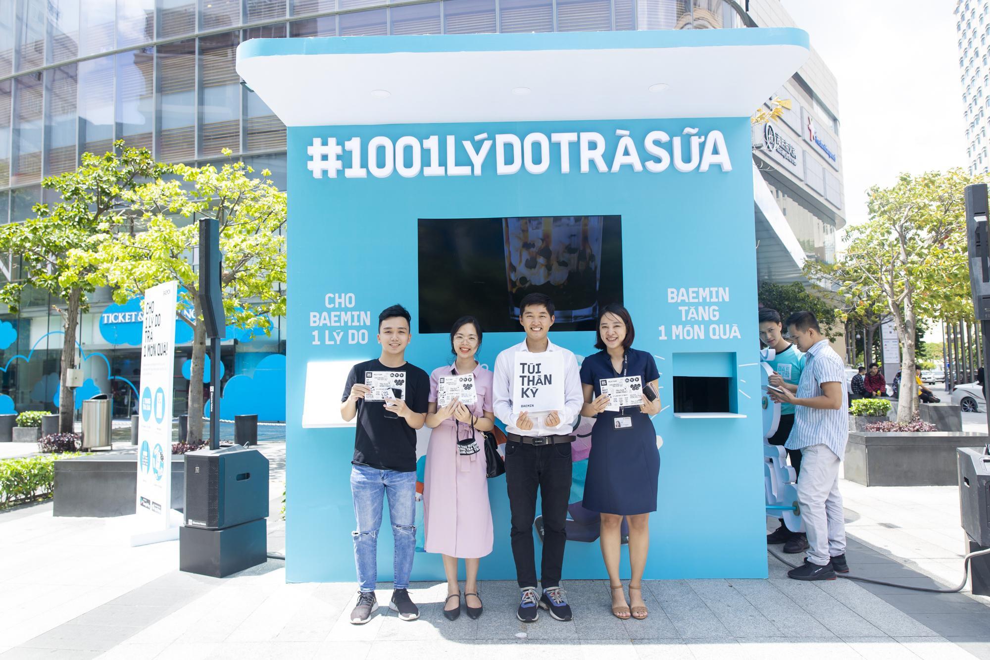 """Fans cuồng trà sữa Sài thành """"sướng rơn"""" khi được Woossi trao quà """" bự"""" - Ảnh 4."""