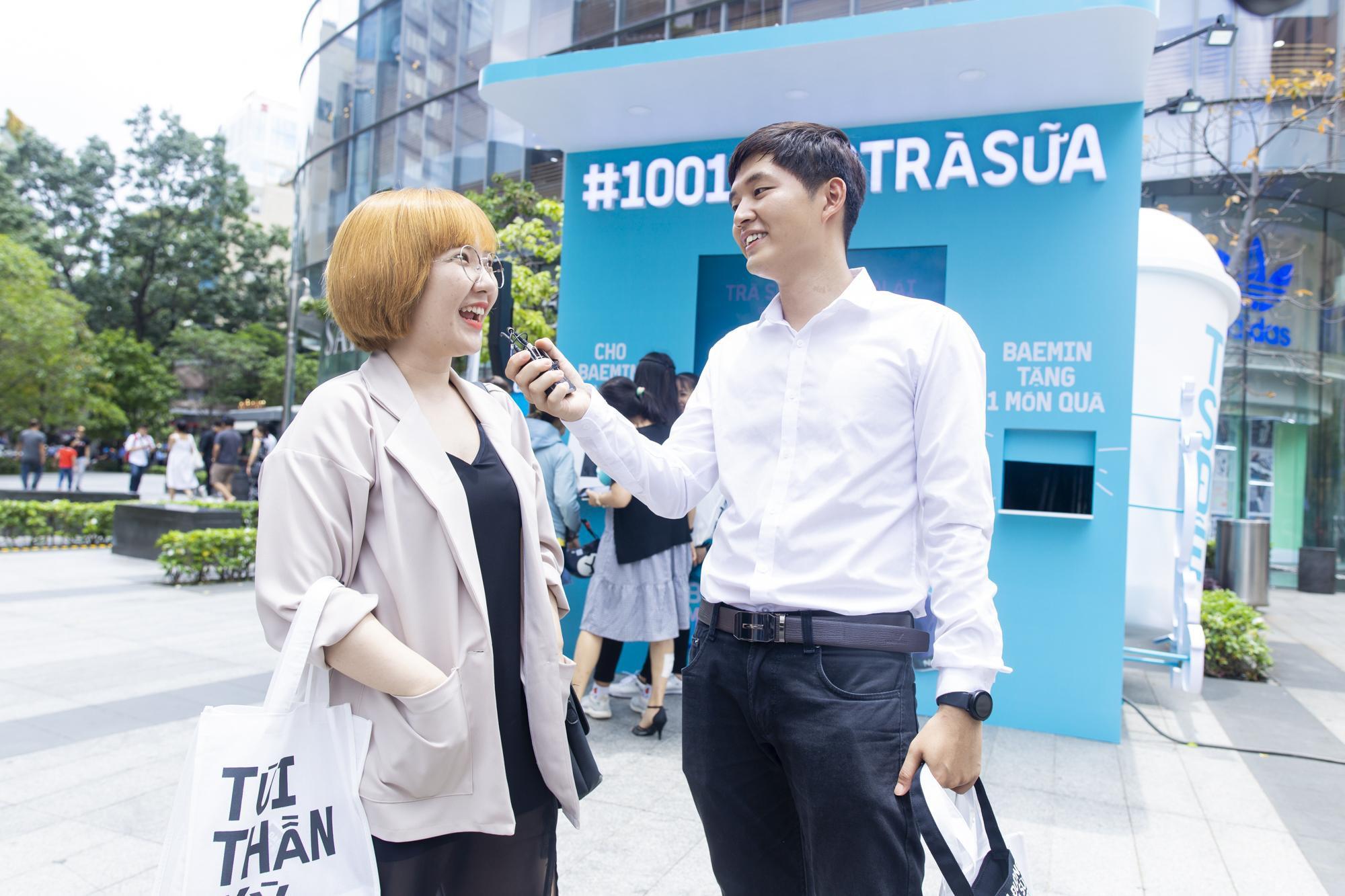 """Fans cuồng trà sữa Sài thành """"sướng rơn"""" khi được Woossi trao quà """" bự"""" - Ảnh 5."""