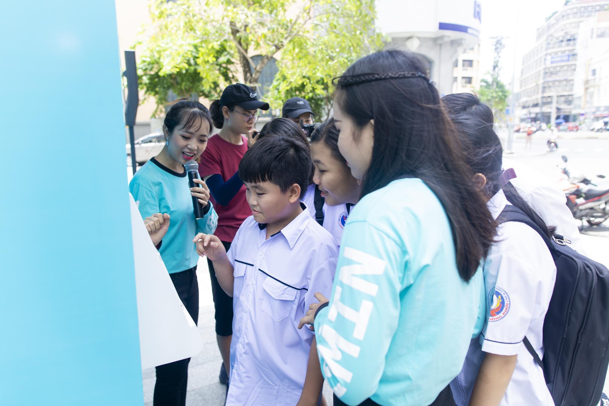 """Fans cuồng trà sữa Sài thành """"sướng rơn"""" khi được Woossi trao quà """" bự"""" - Ảnh 6."""