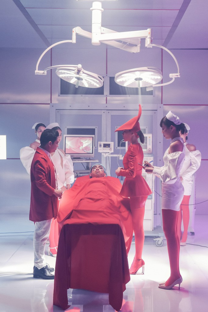 Hồ Ngọc Hà làm y tá cho Bác sĩ Chiêm Quốc Thái trong MV mới - Ảnh 3.