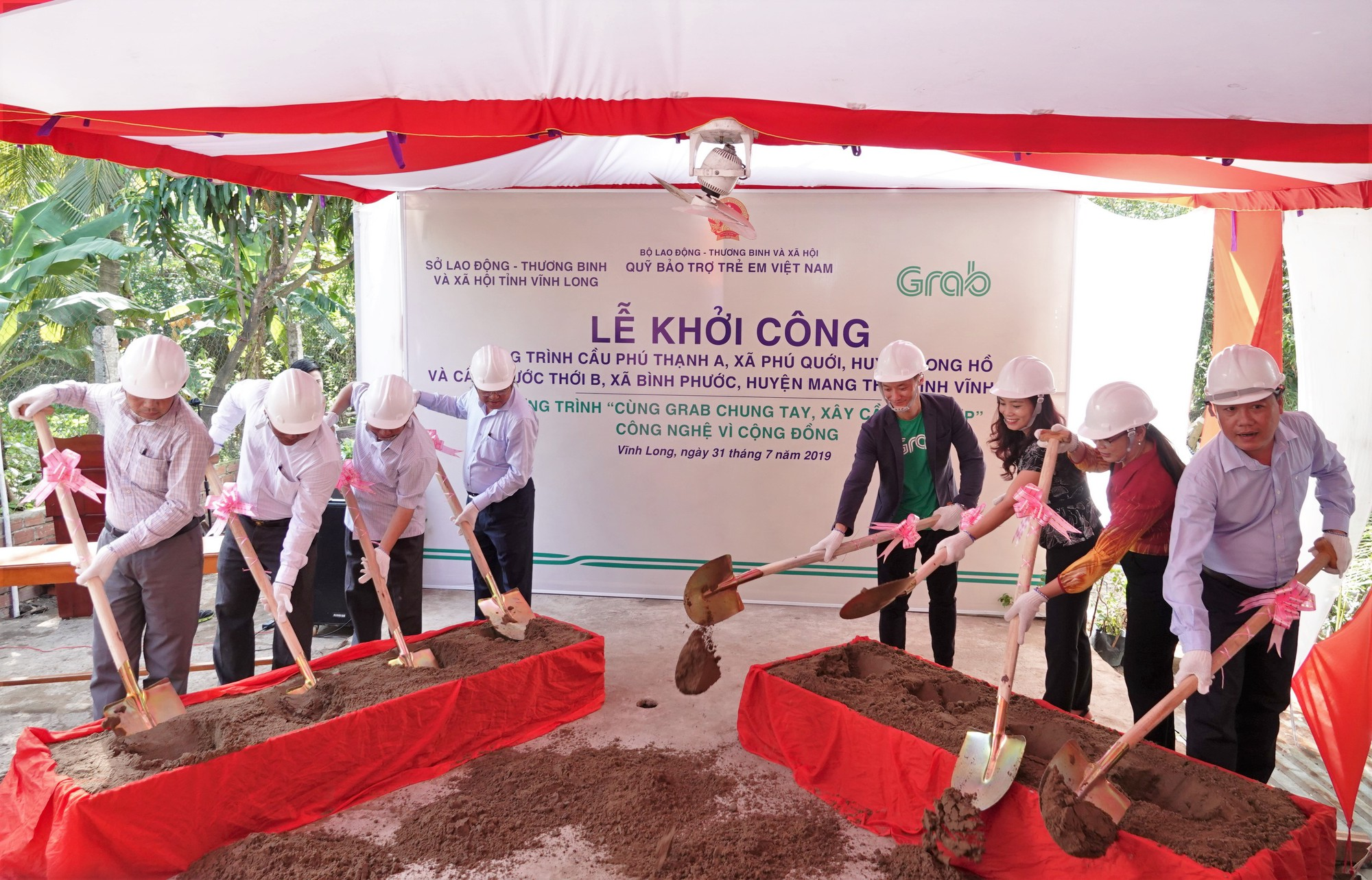 """Khởi công xây dựng hai cây cầu đầu tiên của Dự án """"Cùng Grab Chung Tay - Xây Cầu Đến Lớp"""" - Ảnh 1."""