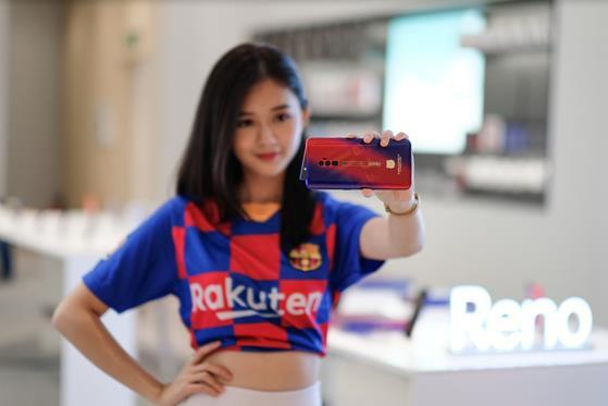 Sở hữu bộ quà công nghệ hấp dẫn khi mua Reno 10x Zoom FC Barcelona tại OPPO Shop - Ảnh 3.