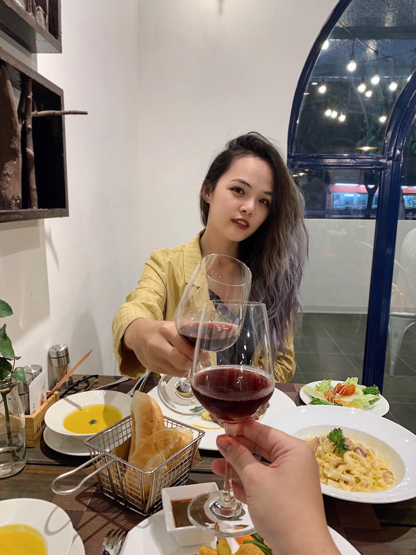 Có gì ở quán steak kiểu Pháp mà Heominhon, Kiên Hoàng, Trang Nhím Tròn… đều kéo nhau checkin rần rần? - Ảnh 4.