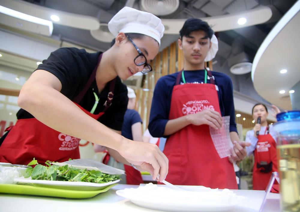 """115 """"nhà lãnh đạo trẻ châu Á"""" tìm hiểu ẩm thực, văn hóa Việt tại Ajinomoto Cooking Studio - Ảnh 1."""