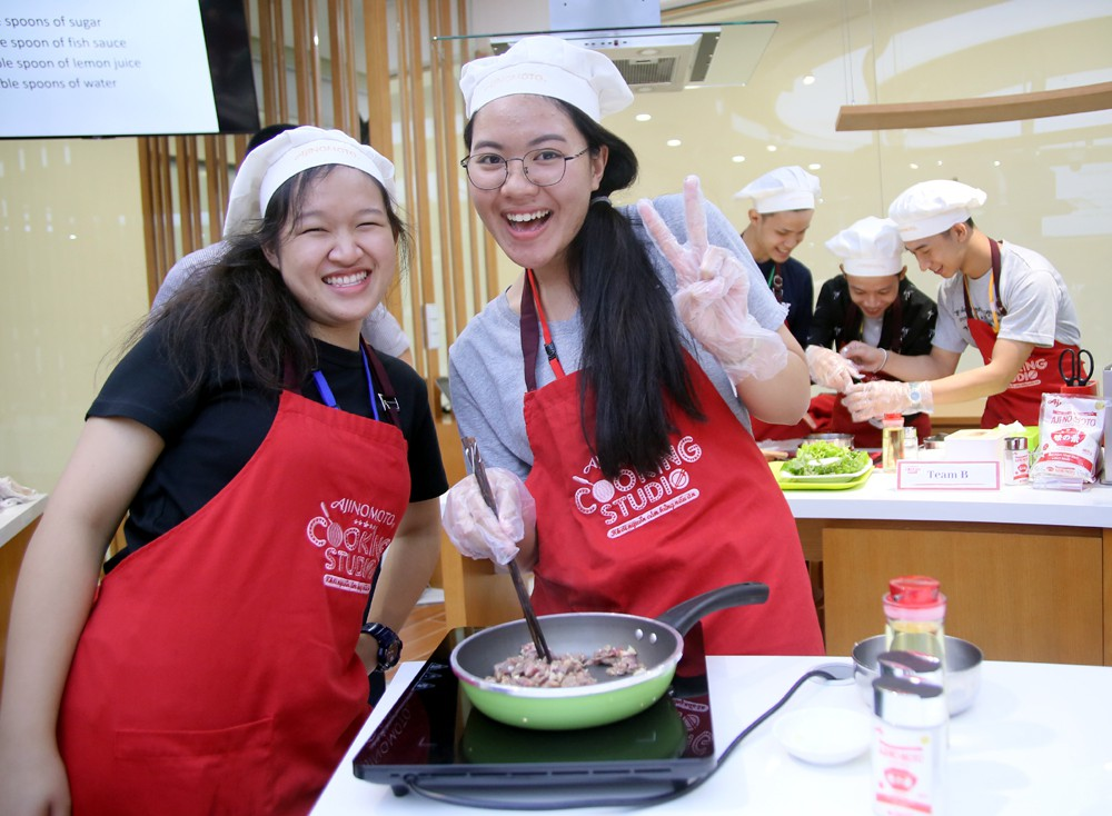 """115 """"nhà lãnh đạo trẻ châu Á"""" tìm hiểu ẩm thực, văn hóa Việt tại Ajinomoto Cooking Studio - Ảnh 2."""