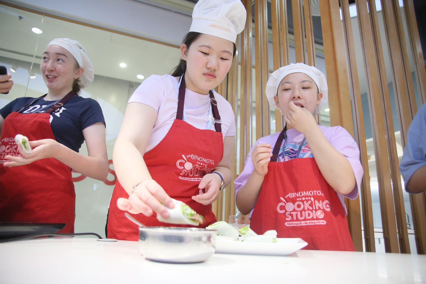"""115 """"nhà lãnh đạo trẻ châu Á"""" tìm hiểu ẩm thực, văn hóa Việt tại Ajinomoto Cooking Studio - Ảnh 4."""