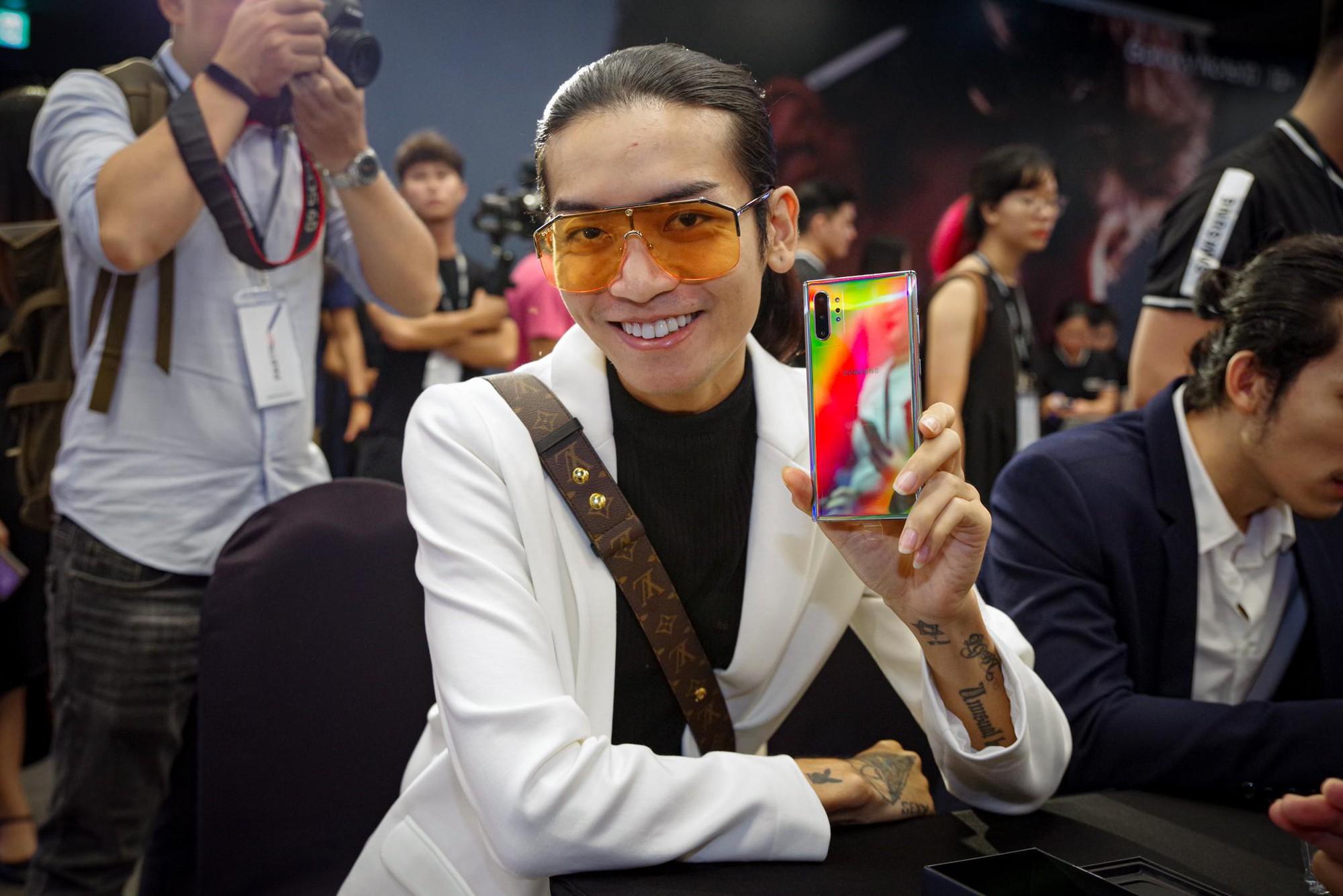 Cứ ngỡ Liên Bỉnh Phát xếp hàng mua Note10 ngày mở bán cho cô gái nào, đám đông bất ngờ nhận ra cô gái ấy là BB Trần - Ảnh 4.