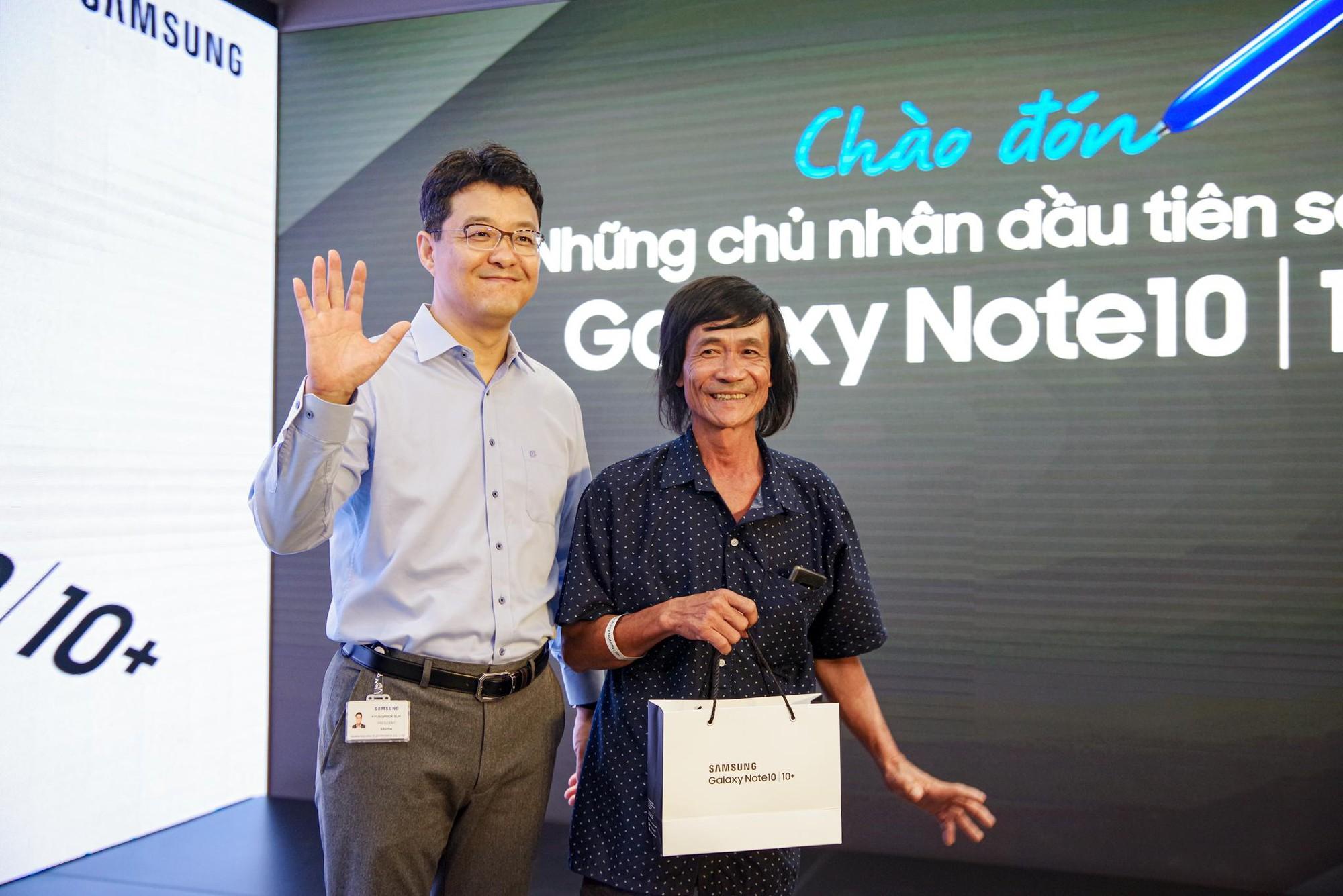 Cứ ngỡ Liên Bỉnh Phát xếp hàng mua Note10 ngày mở bán cho cô gái nào, đám đông bất ngờ nhận ra cô gái ấy là BB Trần - Ảnh 8.