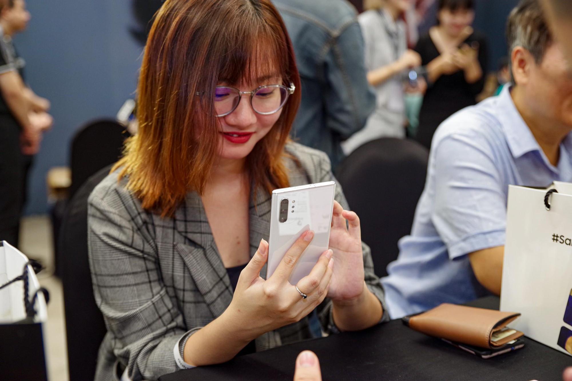 Cứ ngỡ Liên Bỉnh Phát xếp hàng mua Note10 ngày mở bán cho cô gái nào, đám đông bất ngờ nhận ra cô gái ấy là BB Trần - Ảnh 10.