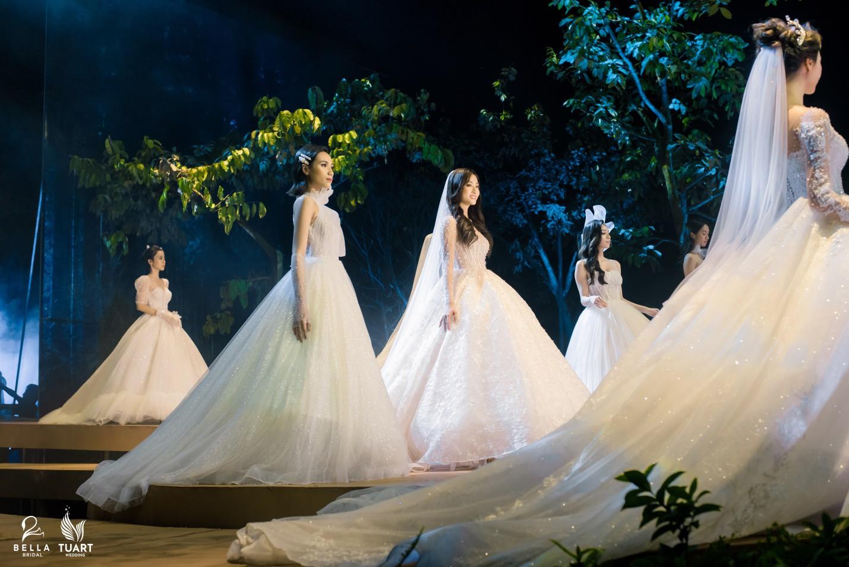 Hoa hậu Thế giới Việt Nam 2019 Lương Thùy Linh kiều diễm trong chiếc váy cưới đính hơn 17 ngàn viên pha lê - Ảnh 10.