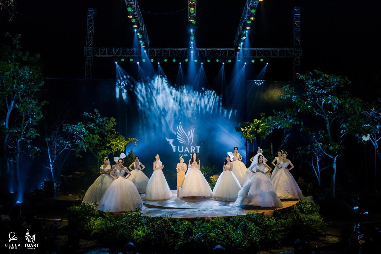 Hoa hậu Thế giới Việt Nam 2019 Lương Thùy Linh kiều diễm trong chiếc váy cưới đính hơn 17 ngàn viên pha lê - Ảnh 12.