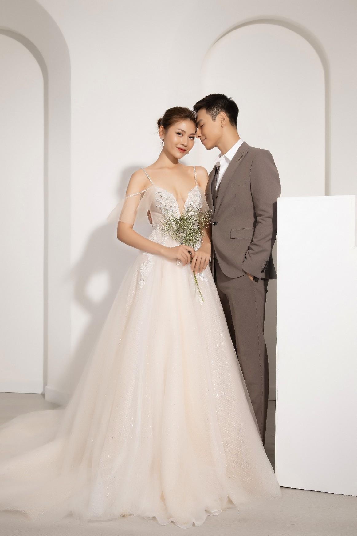 """Sau hai năm kết hôn, Chúng Huyền Thanh – Jay Quân bất ngờ rủ nhau """"cưới lại từ đầu"""" - Ảnh 1."""