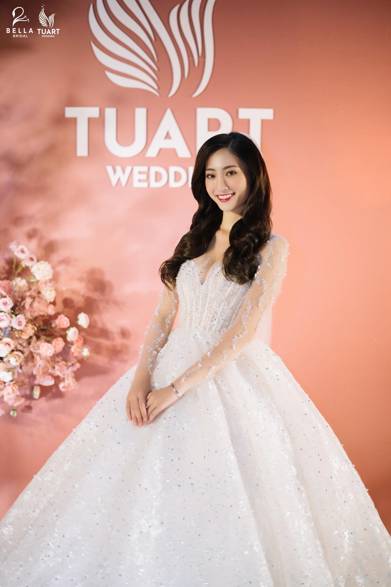 Hoa hậu Thế giới Việt Nam 2019 Lương Thùy Linh kiều diễm trong chiếc váy cưới đính hơn 17 ngàn viên pha lê - Ảnh 1.