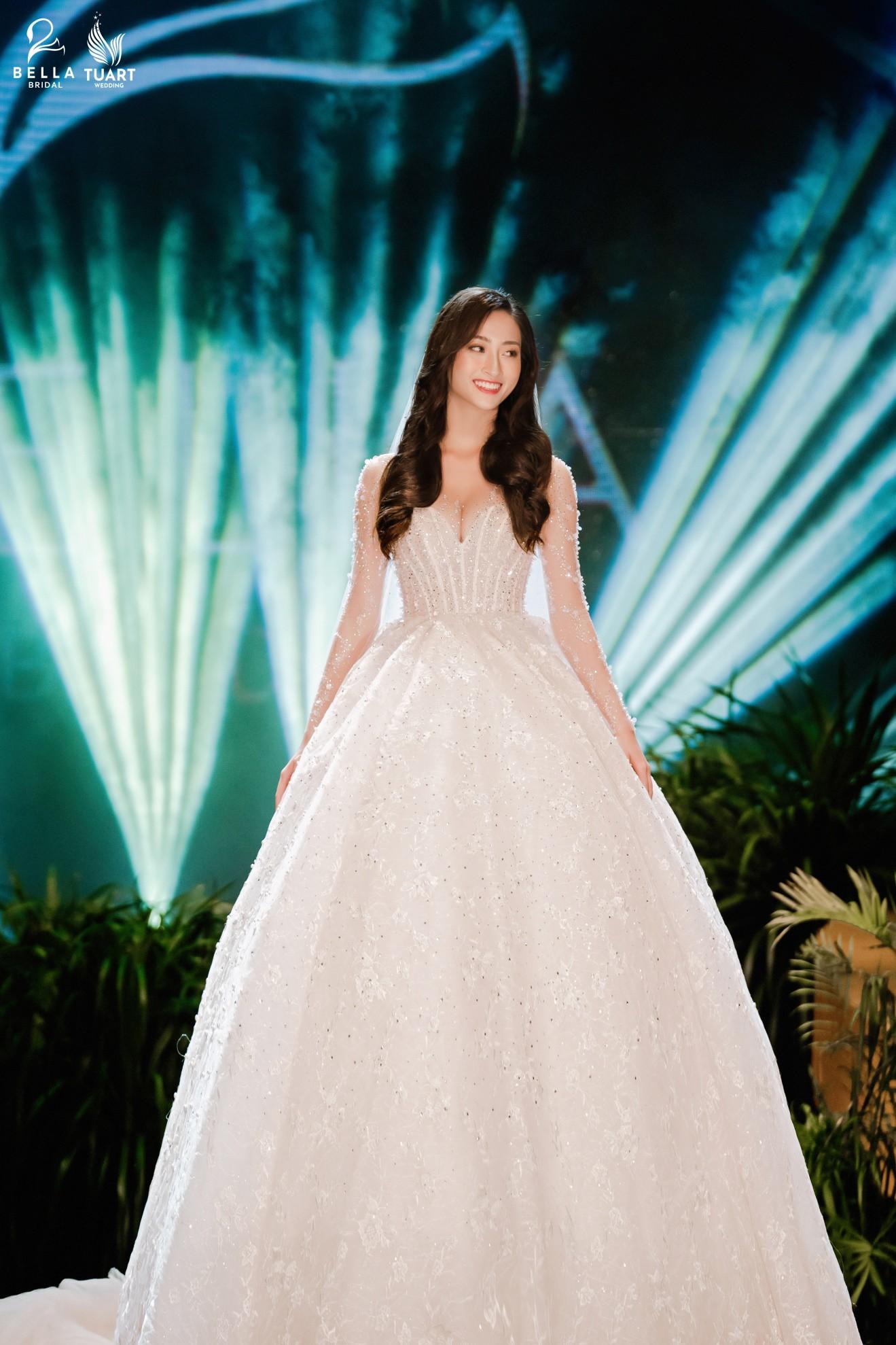 Hoa hậu Thế giới Việt Nam 2019 Lương Thùy Linh kiều diễm trong chiếc váy cưới đính hơn 17 ngàn viên pha lê - Ảnh 2.