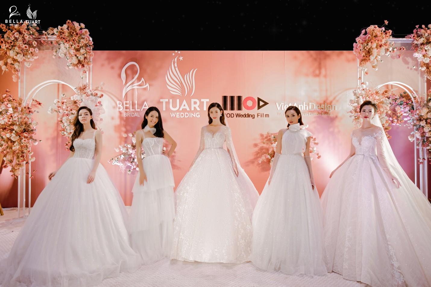 Hoa hậu Thế giới Việt Nam 2019 Lương Thùy Linh kiều diễm trong chiếc váy cưới đính hơn 17 ngàn viên pha lê - Ảnh 4.