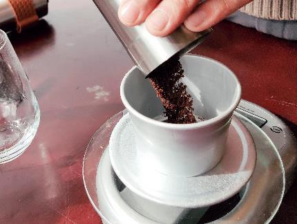 Làm thế nào để pha một ly cafe phin Việt đúng điệu? - Ảnh 6.