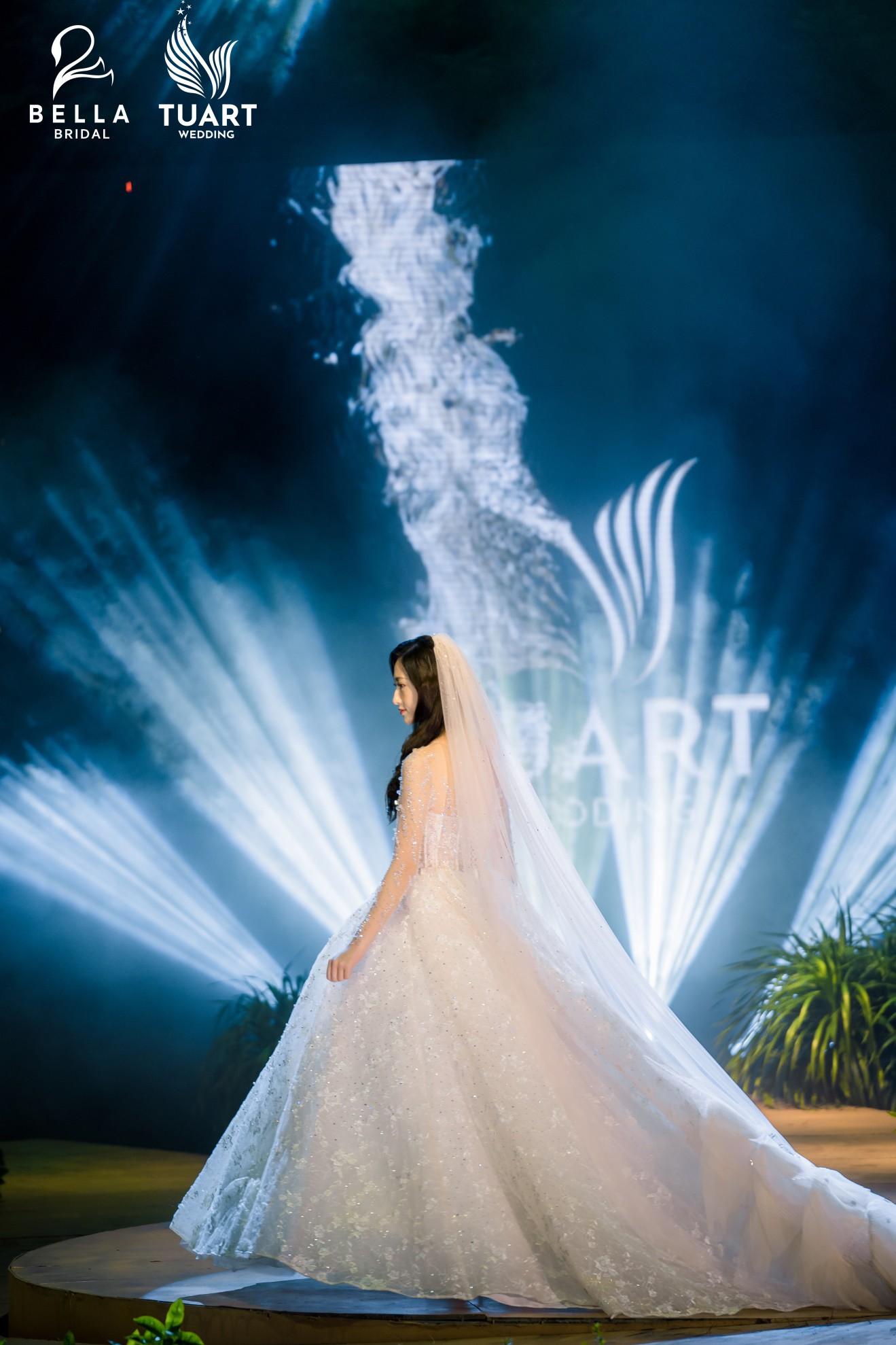 Hoa hậu Thế giới Việt Nam 2019 Lương Thùy Linh kiều diễm trong chiếc váy cưới đính hơn 17 ngàn viên pha lê - Ảnh 9.