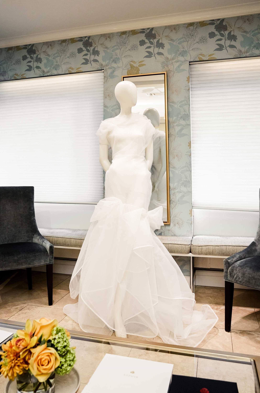 Ngắm váy cưới của nhà thiết kế Việt tại tiệm đồ cưới nổi tiếng New York - Ảnh 3.