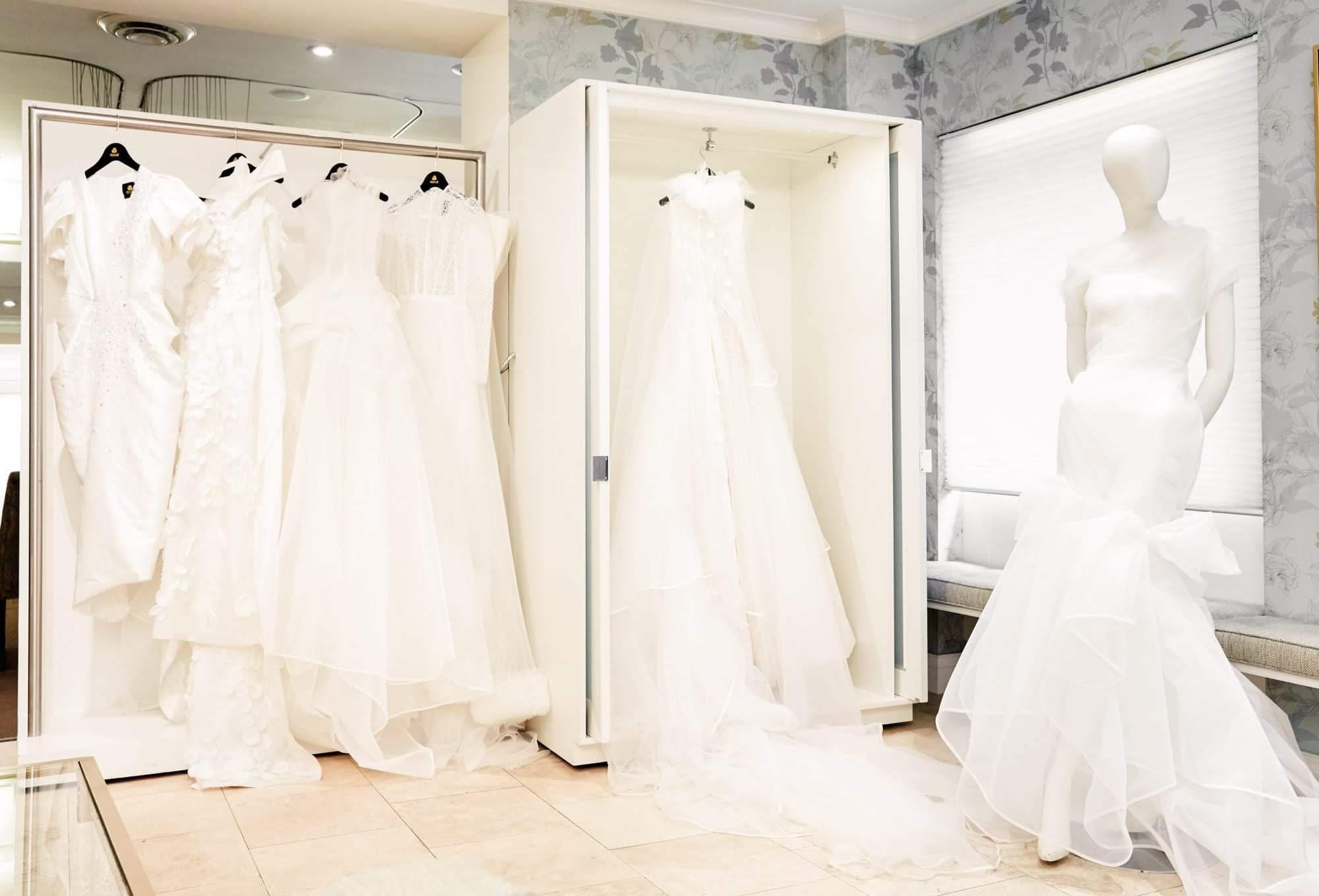 Ngắm váy cưới của nhà thiết kế Việt tại tiệm đồ cưới nổi tiếng New York - Ảnh 1.