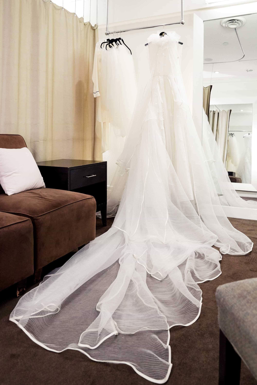 Ngắm váy cưới của nhà thiết kế Việt tại tiệm đồ cưới nổi tiếng New York - Ảnh 2.