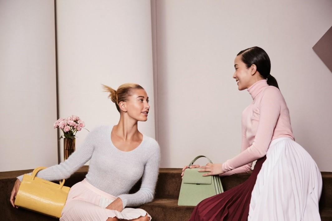 Siêu mẫu quốc tế Hailey Bieber và Xiao Weng trở thành gương mặt đại diện mới cho chiến dịch mùa thu của CHARLES & KEITH - Ảnh 1.