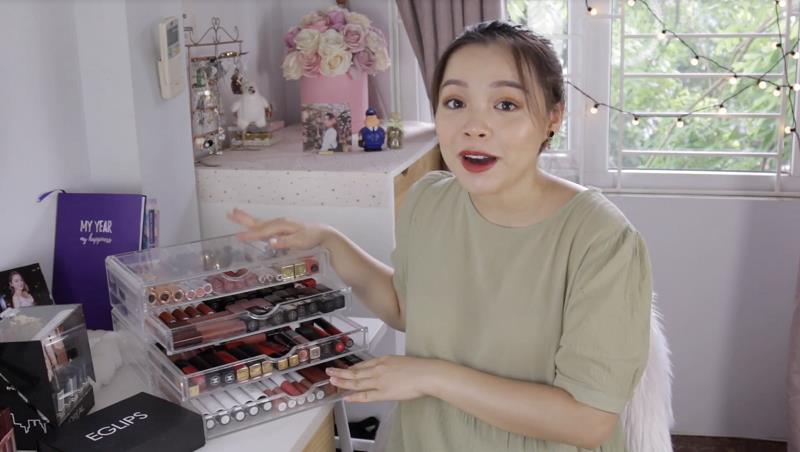 """Cùng soi BST son siêu to khổng lồ của beauty blogger Trinh Phạm mà mọi cô gái đều """"thèm muốn"""" - Ảnh 1."""