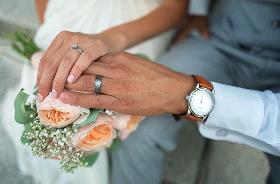 Nhẫn cưới đeo ngón tay nào cho đúng? - Ảnh 1.