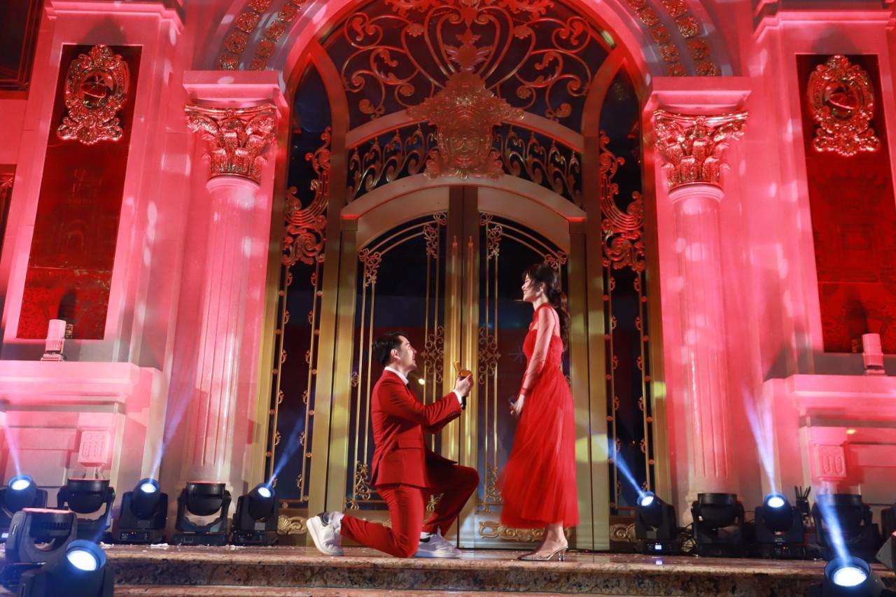 Ông Cao Thắng bất ngờ quỳ gối cầu hôn Đông Nhi ngay trên sân khấu - Ảnh 2.