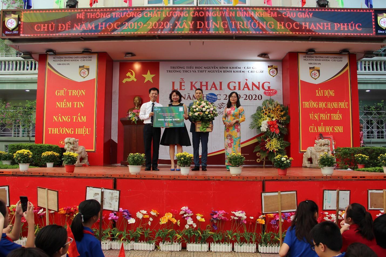 Apollo English trao tặng 30.000 cuốn sách tiếng Anh cho các em học sinh đầu năm học mới - Ảnh 2.