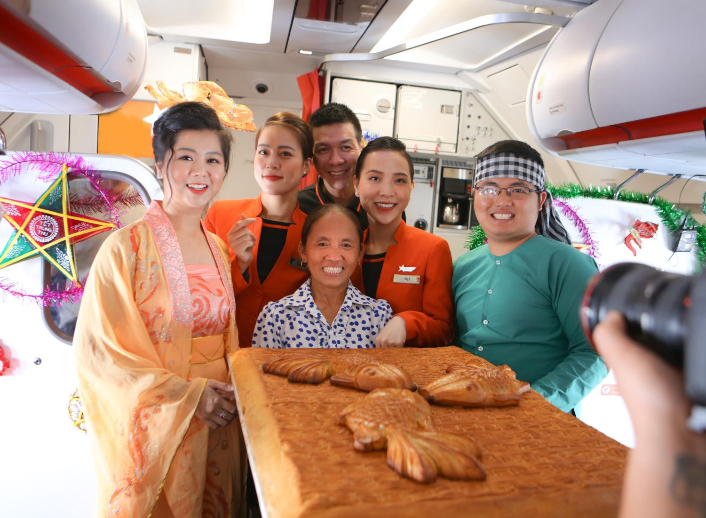 Bắt gặp Bà Tân Vlog mang bánh Trung thu siêu to khổng lồ lên máy bay - Ảnh 1.