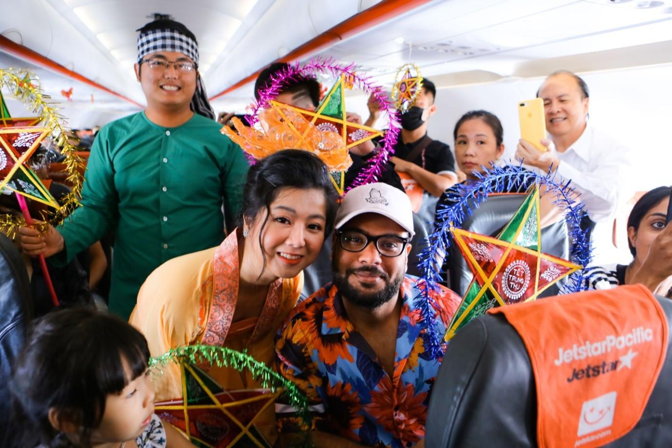 Bắt gặp Bà Tân Vlog mang bánh Trung thu siêu to khổng lồ lên máy bay - Ảnh 4.
