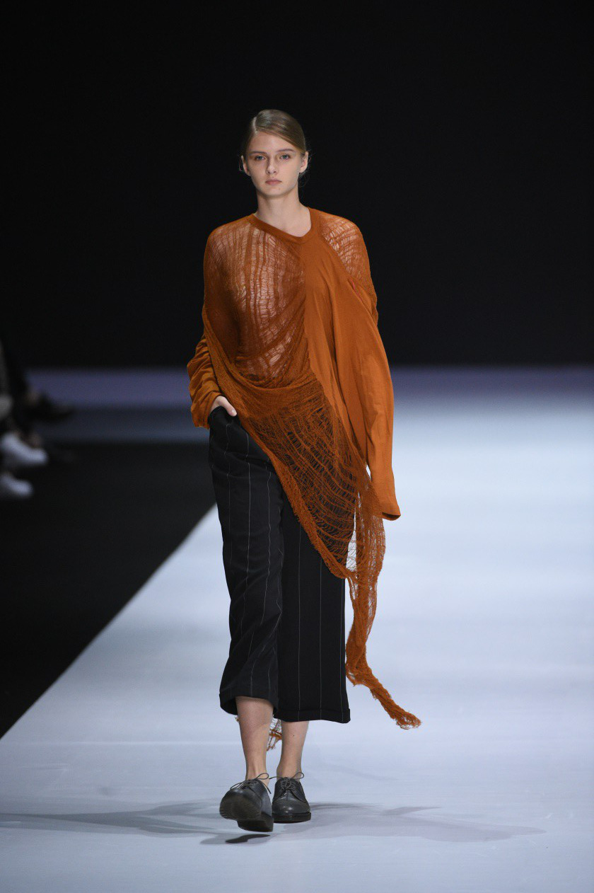 Những thiết kế gây ấn tượng của NTK Vũ Tá Linh tại Tuần lễ thời trang Hong Kong 2019 - Ảnh 2.