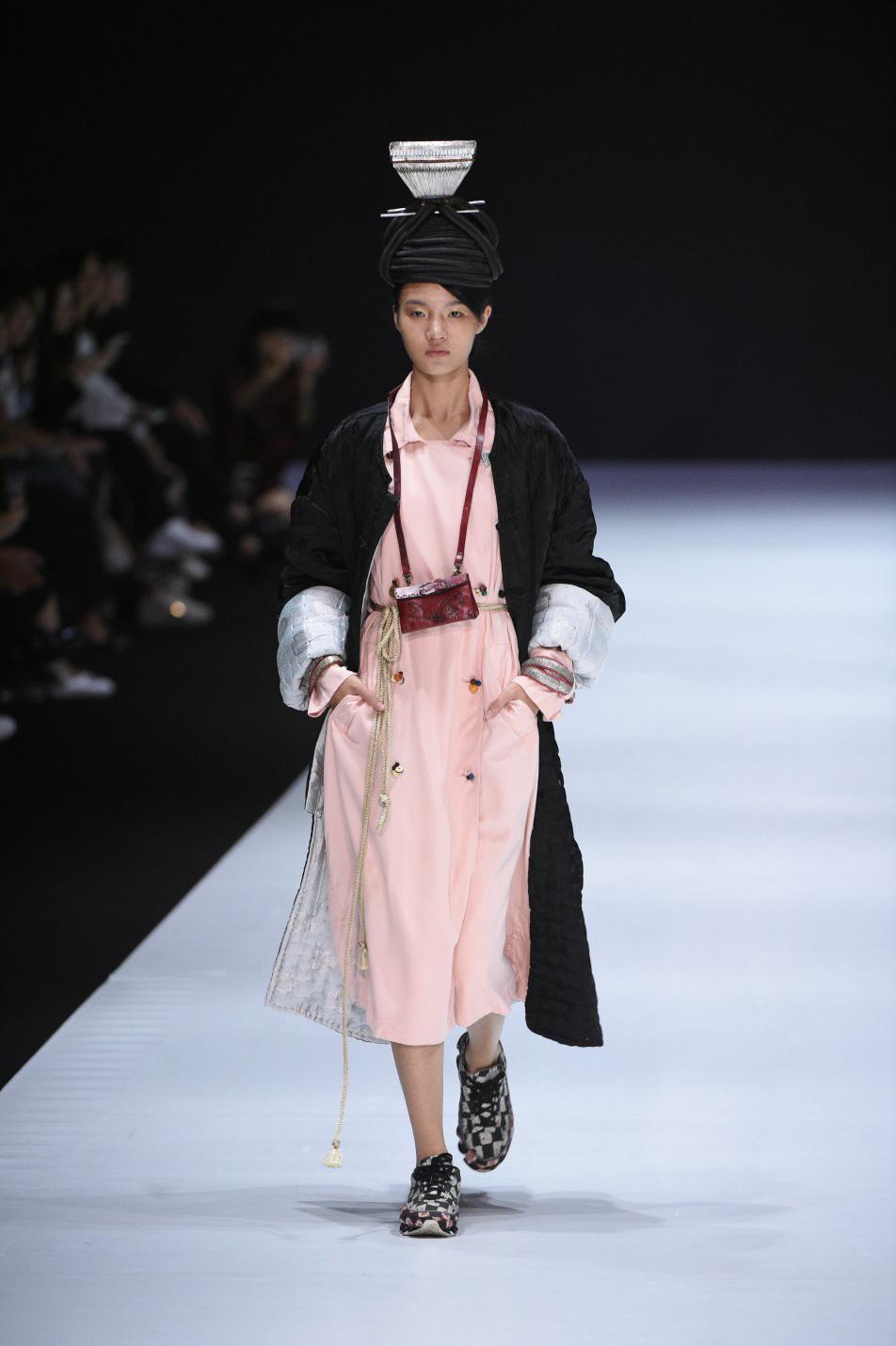 Những thiết kế gây ấn tượng của NTK Vũ Tá Linh tại Tuần lễ thời trang Hong Kong 2019 - Ảnh 8.