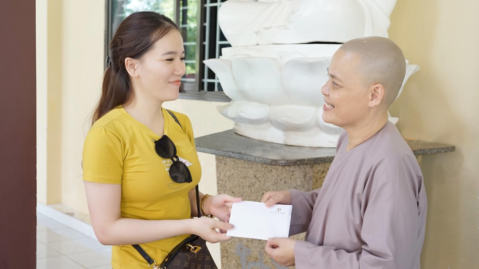 Viện thẩm mỹ DIVA tặng quà cho trẻ em mồ côi tại chùa Pháp Tánh - Ảnh 1.