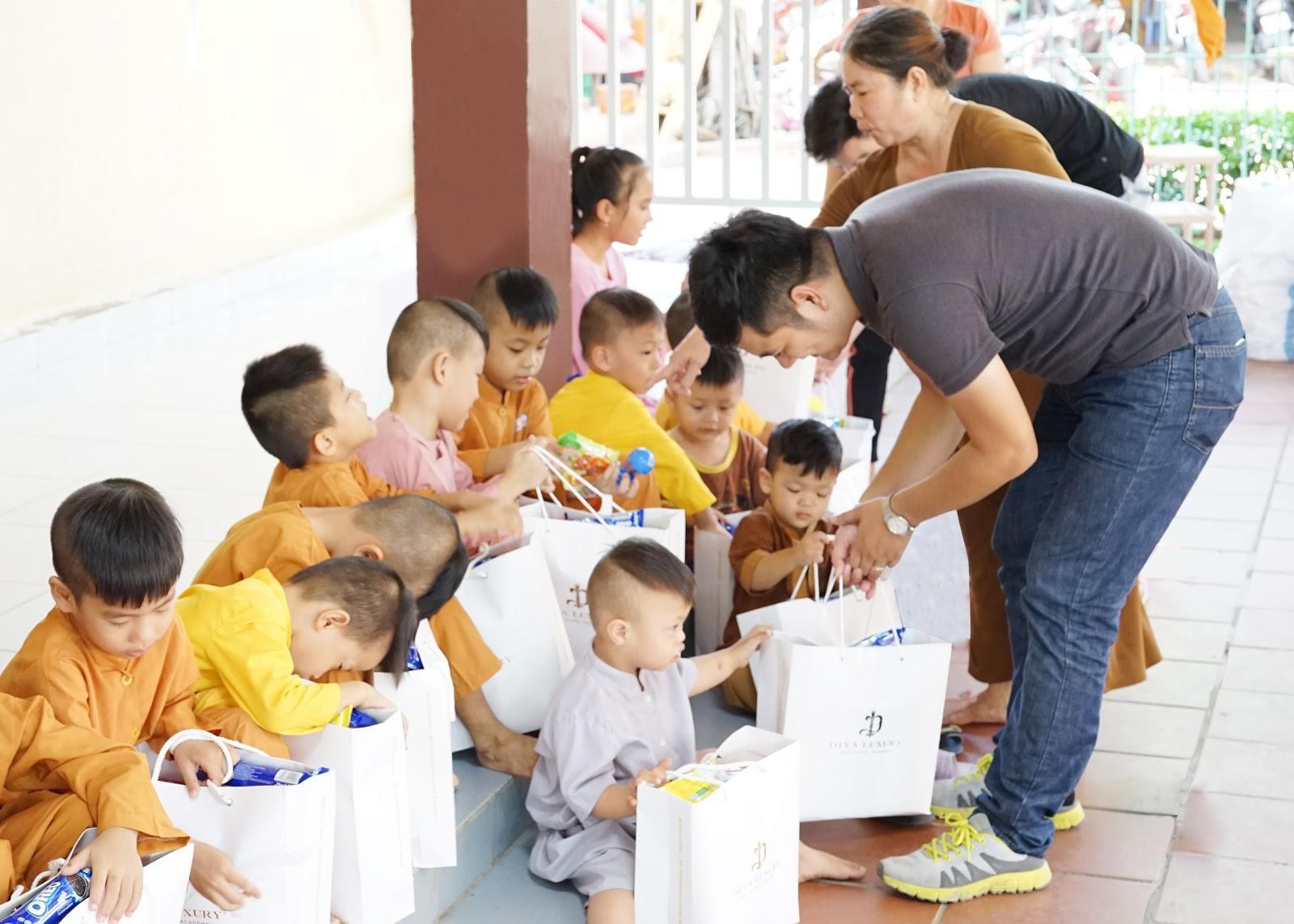 Viện thẩm mỹ DIVA tặng quà cho trẻ em mồ côi tại chùa Pháp Tánh - Ảnh 2.