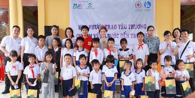 Nhà phát triển dự án King Bay tặng 200 thẻ BHYT cho học sinh nghèo An Giang - Ảnh 2.