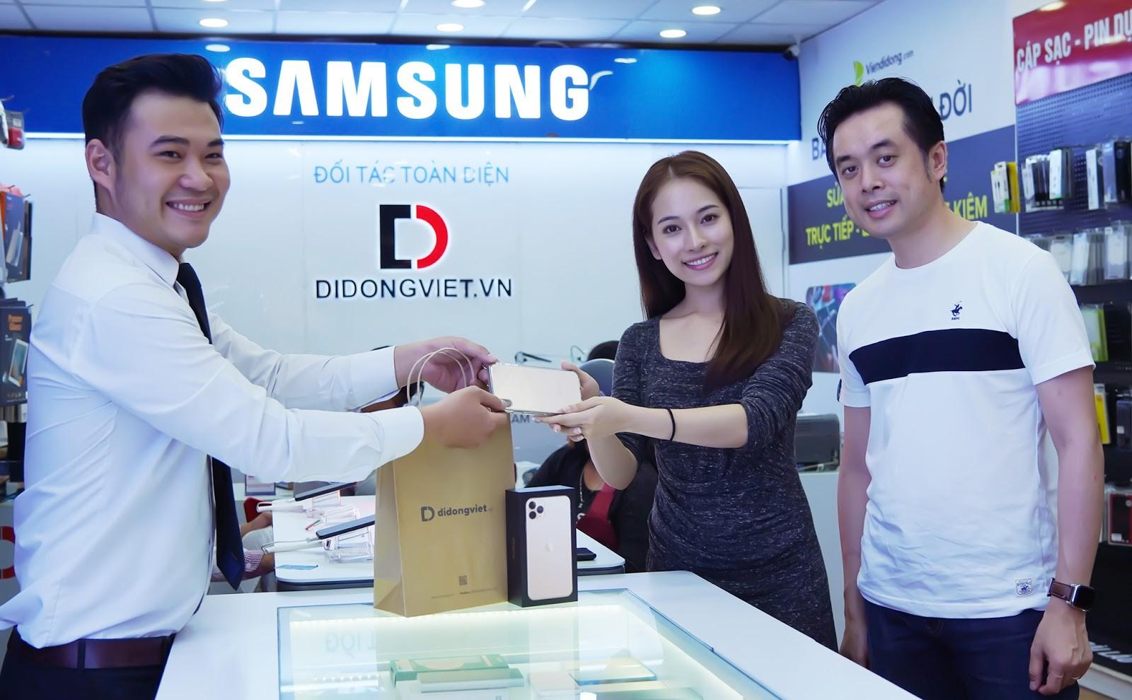 """Sara Lưu """"chơi lớn"""" tặng nhạc sĩ Dương Khắc Linh iPhone 11 Pro Max trị giá 79 triệu đồng nhưng chỉ được ngắm - Ảnh 1."""