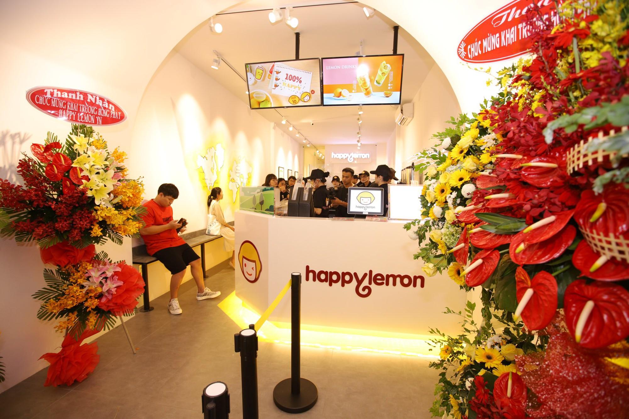 Trúc Nhân và Fabo Nguyễn gây náo loạn cả khu phố trà sữa, Happy Lemon chính thức đổ bộ thị trường Việt Nam - Ảnh 1.