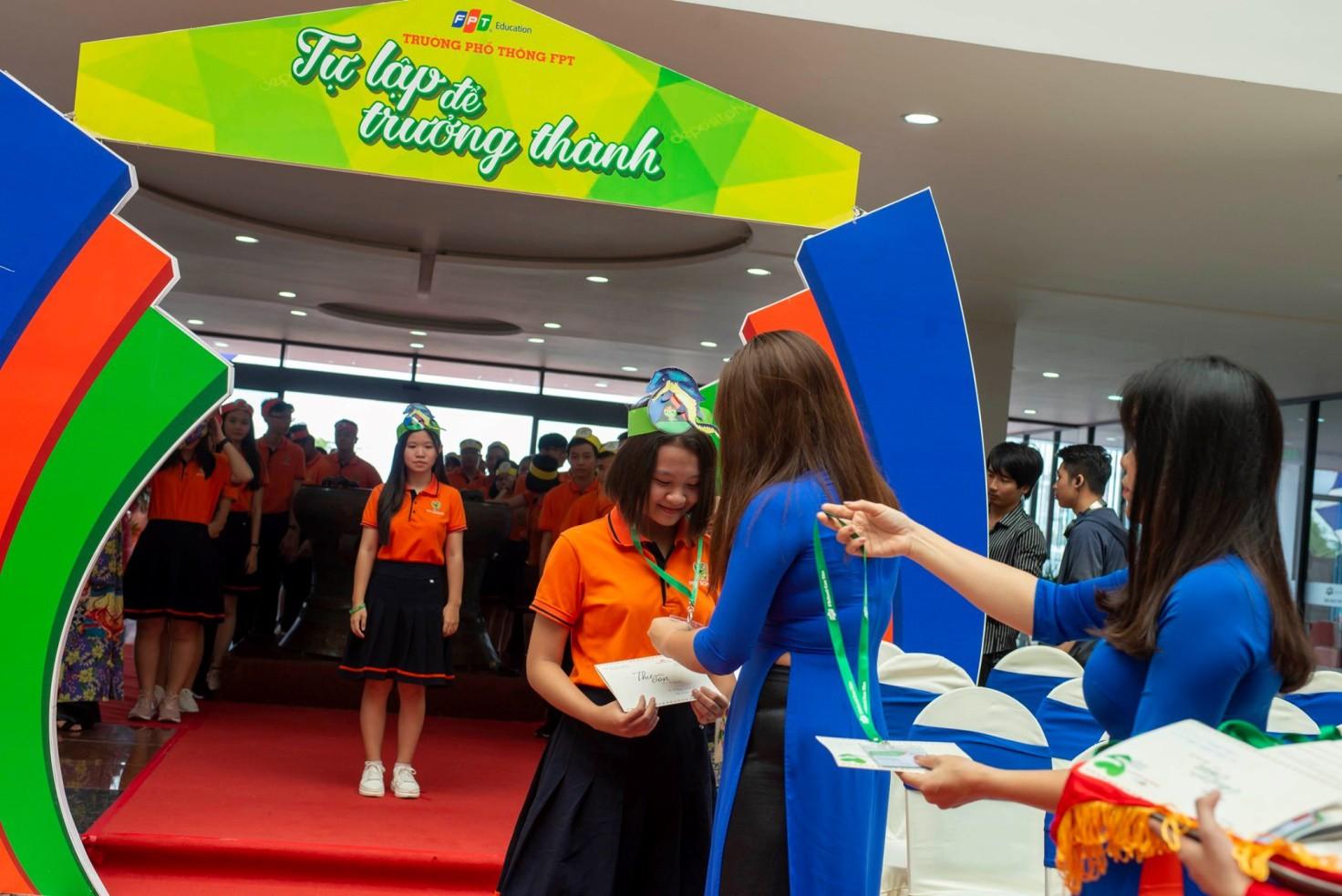 Học sinh xúc động nhận thư tay từ cô hiệu trưởng - Ảnh 2.