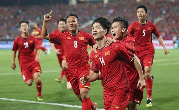 Fan hâm mộ thể hiện tình yêu với đội tuyển Việt Nam qua những cách nào? - Ảnh 1.