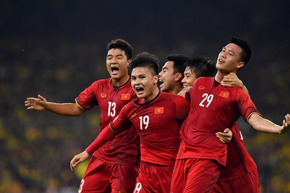 Fan hâm mộ thể hiện tình yêu với đội tuyển Việt Nam qua những cách nào? - Ảnh 2.